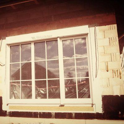 3-flg. HolzAlu Balkontür mit weißen Sprossen.
